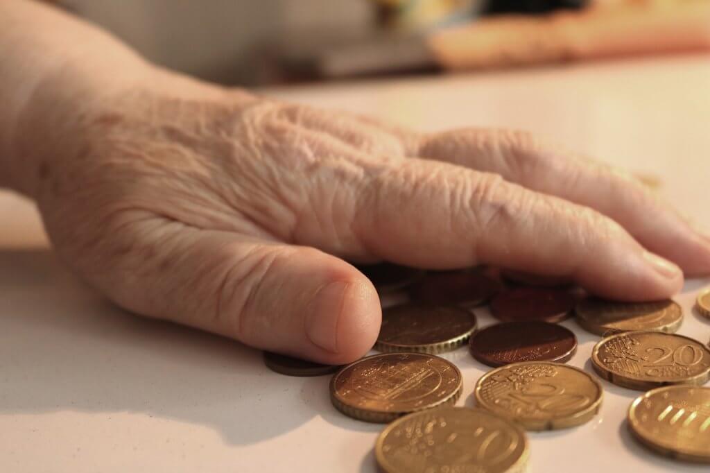 Foto von älterer Frau mit Geld für Businessfrühstück zum Thema Betriebsrentenstärkungsgesetz